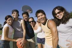 Vänner med basket på parkerar Royaltyfria Foton