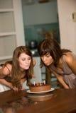 Vänner med födelsedagcaken Arkivbilder