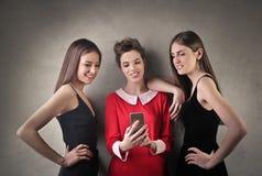 Vänner med telefonen Arkivfoton