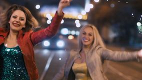 Vänner med tomtebloss som dansar i ultrarapid stock video