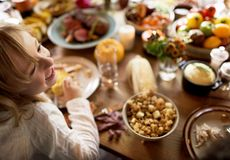 Vänner och familjer samlar på tacksägelsedag tillsammans arkivbilder