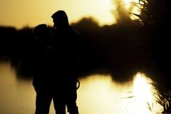 Vänner och solnedgång arkivfoton