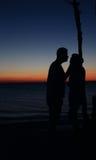 Vänner på en romantisk afton arkivfoton