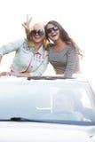Vänner på en tur i bil royaltyfri bild