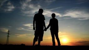 Vänner på ett datum i solnedgången som rymmer händer Romantisk förälskelseplats arkivfilmer