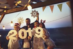 Vänner på ett utomhus- pölparti för nyårsafton arkivfoton