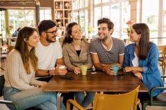 Vänner på kafét fotografering för bildbyråer
