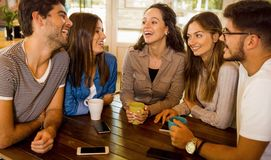 Vänner på kafét royaltyfri fotografi
