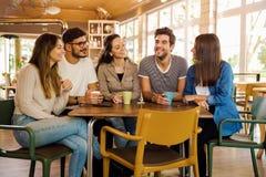 Vänner på kafét arkivbild