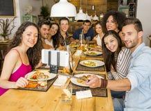 Vänner på restaurangen som gör en selfie royaltyfri foto