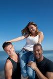 Vänner på stranden royaltyfria bilder