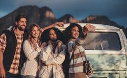 Vänner på vägturen som tar selfie royaltyfri fotografi