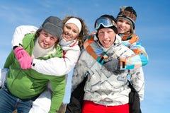 Vänner på vintersemester royaltyfri foto