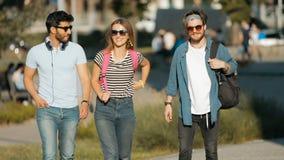 Vänner promenerar gatan lager videofilmer