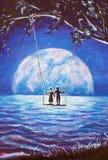 Vänner rider på gunga, den manliga mannen och flickakvinna mot bakgrund av den stora månen vinkar det blåa havet för natten, have Arkivfoto