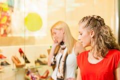 Vänner skor shopping i en galleria Arkivfoton