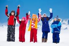 Vänner som är lyckliga på snödag Royaltyfri Fotografi
