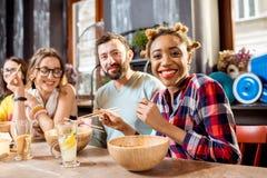 Vänner som äter asiatiska mål på restaurangen Royaltyfri Foto