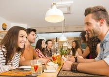 Vänner som äter lunch på restaurangen arkivbild