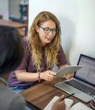 Vänner som arbetar diskussionsmötet som delar idébegrepp Arkivfoto