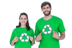 Vänner som bär återvinningtshirts som pekar sig Royaltyfri Foto