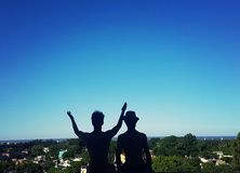 Vänner som beundrar landskapet från en balkong Arkivbild