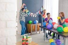 Vänner som blåser ballonger Arkivbilder