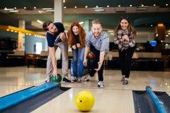 Vänner som bowlar på klubban Arkivbilder