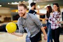 Vänner som bowlar på klubban Royaltyfri Fotografi