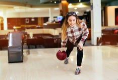 Vänner som bowlar på klubban Arkivfoton