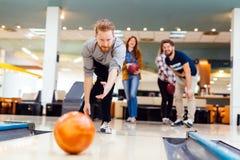 Vänner som bowlar på klubban Royaltyfria Foton