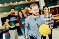 Vänner som bowlar på klubban Fotografering för Bildbyråer