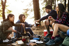 Vänner som campar äta matbegrepp royaltyfria bilder