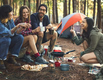 Vänner som campar äta matbegrepp arkivbilder