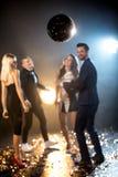 Vänner som dansar i nattklubb royaltyfri foto