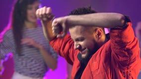 Vänner som dansar på ett parti som har en natt långsam rörelse stora objekt för bakgrundskontroll mer mycket min annan liknande r lager videofilmer