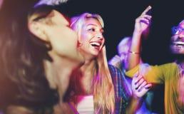 Vänner som dansar på ett sommarparti arkivbild