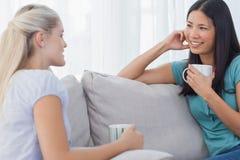 Vänner som dricker kaffe och tillsammans talar Royaltyfri Foto