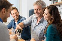 Vänner som dricker vitt vin royaltyfri fotografi