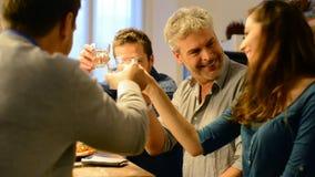 Vänner som dricker vitt vin lager videofilmer