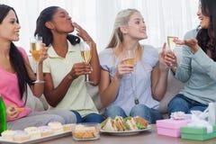 Vänner som dricker vitt vin och pratar under partiet royaltyfri fotografi