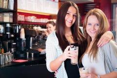 Vänner som får en kopp kaffe Arkivbild