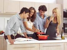 Vänner som förbereder frukost l royaltyfri foto