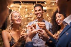 Vänner som festar med tomtebloss royaltyfria bilder