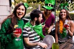 Vänner som firar dag för St Patricks royaltyfri foto