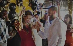 Vänner som firar helgdagsafton för nya år royaltyfri bild