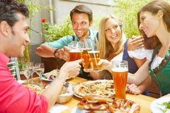 Vänner som firar med öl royaltyfri foto