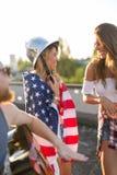 Vänner som firar 4th av Juli ferie Arkivfoton