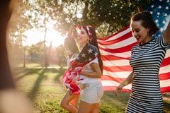 Vänner som firar 4th juli Arkivbilder