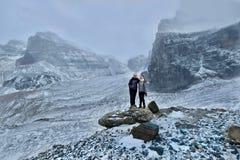 Vänner som fotvandrar i kanadensiska steniga berg Royaltyfria Foton